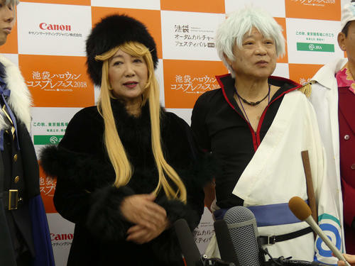 A governador de Tóquio, Yuriko Koike, vestido como Maetel de Galaxy Express 999, ao lado do prefeito de Toshima, Yukio Takano, vestido como Gintoki Sakata de Gintama.
