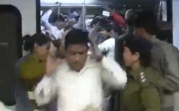 """Vídeo viral no Japão mostra como a policia indiana resolve à """"estalada"""" quem viola carruagens só para mulheres"""